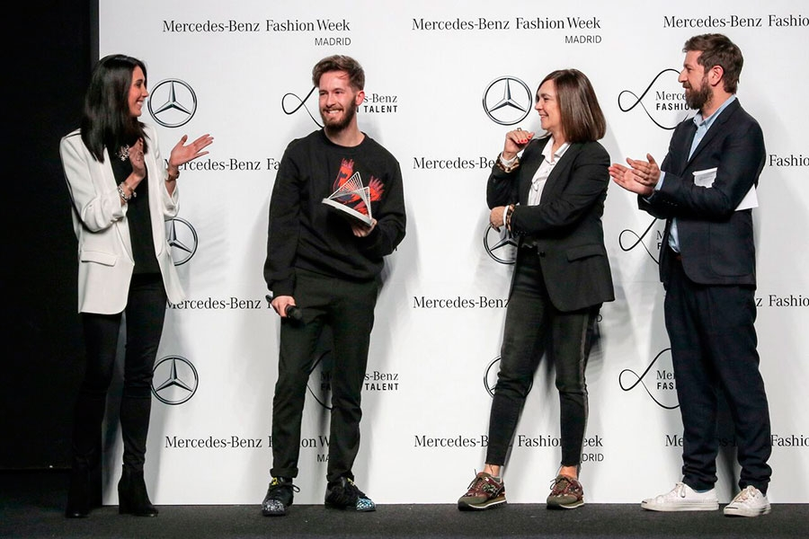 Juan Carlos Pajares recibiendo el premio Mercedes-Benz Fashion Talent 2017.